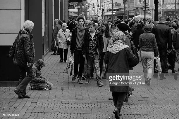 crowded walking on city street - begging social issue imagens e fotografias de stock