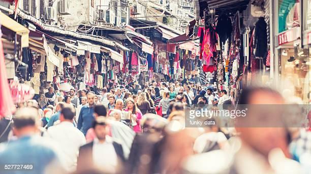 Folla al Distretto di Eminonu di Istanbul