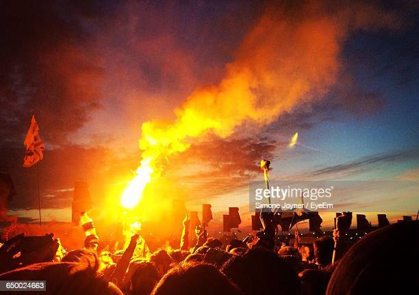 crowds at glastonbury festival during sunset - glastonbury stock pictures, royalty-free photos & images