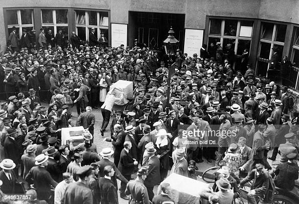 Crowds at the Reichsbank during the inflation timeVintage property of ullstein bild