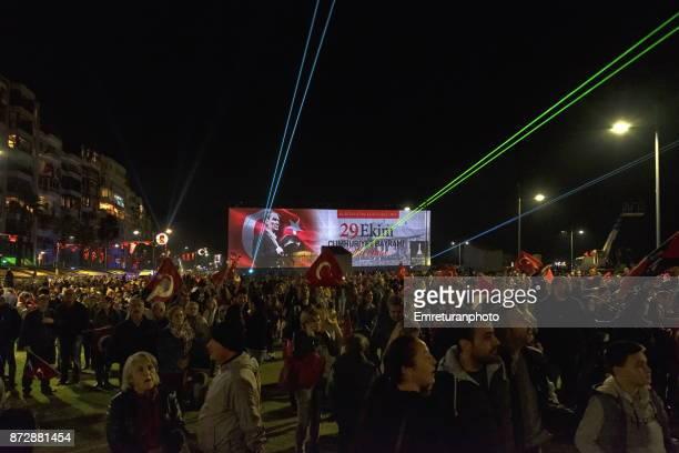 crowds celebrating independence day in front og a huge billboard at night in izmir. - emreturanphoto stock-fotos und bilder