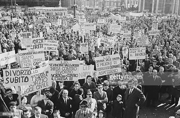 Crowds demand that the government legalise divorce at a demonstration in Italy, November 1966.