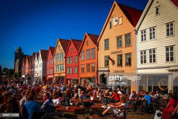 crowds enjoying the sun, bryggen, bergen - noruega fotografías e imágenes de stock