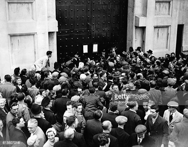 Crowds gather at the gates of Pentonville Prison London UK to see the certificate of death after the execution earlier in the morning of the murderer...