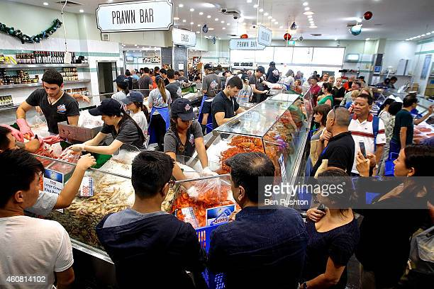 Crowds gather for last minute shopping before Christmas at the Sydney Fish Market on December 24 2014 in Sydney Australia The Sydney Fish Markets...