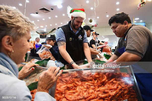 Crowds gather for last minute shopping before Christmas at the Sydney Fish Market on December 24 2015 in Sydney Australia The Sydney Fish Markets...