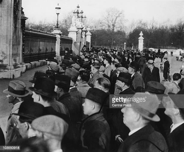 Crowds gather outside Buckingham Palace during the abdication of King Edward VIII, December 1936.