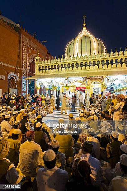 crowds gathering at hazrat nizam-ud-din aulia on a thursday evening during the qawwali singing of urdu hymns. - 木曜日 ストックフォトと画像