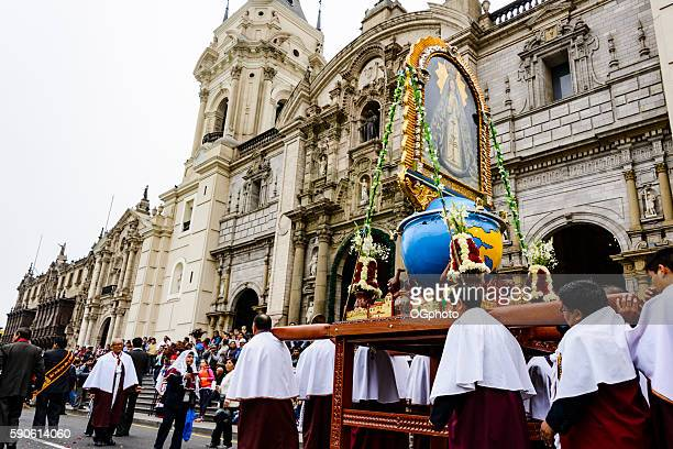 crowds observing religious procession in front of cathedral - ogphoto imagens e fotografias de stock