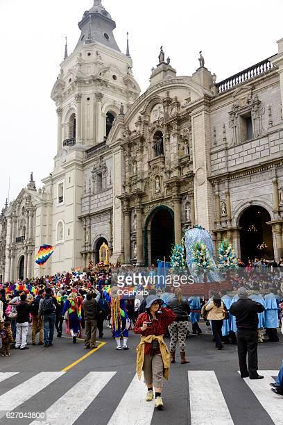 multitudes de observar religiosa procesión en frente de catedral - ogphoto fotografías e imágenes de stock