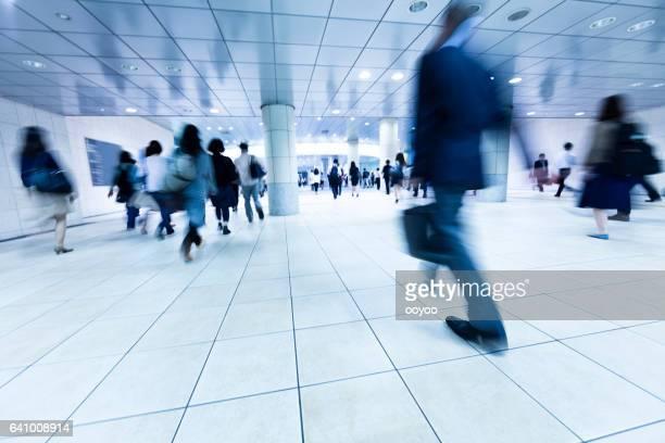 近代を歩く通勤者の群衆朝の歩行者通路を地下します。