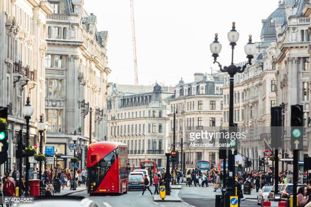 crowds of people and heavy traffic on regent street, london, uk - rua oxford - fotografias e filmes do acervo