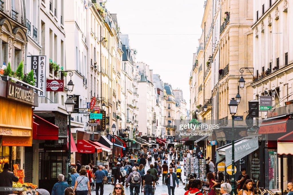 Crowds of people at Rue Montorgueil pedestrian street in Paris, France : Stockfoto