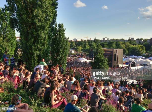 Crowds of people on a sunny day in a Berlin park.