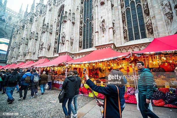 folla di persone visitano mercatino di natale a milano - lombardia foto e immagini stock