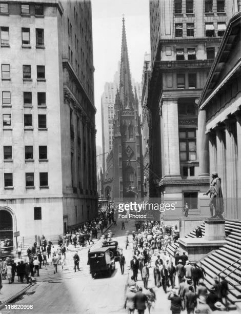 Crowds of people walking the roads leading to Trinity Church the stockbrokers' church on 'Black Thursday' the day of the financial crash on Wall...