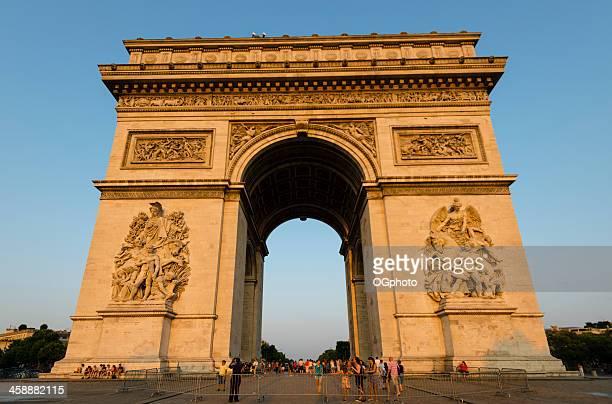 folle di turisti guardando l'arc de triomphe - ogphoto foto e immagini stock