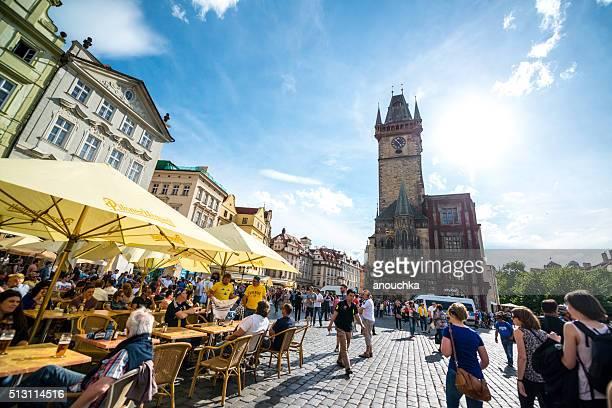 Multidões de turistas na Praça da Cidade Velha de Praga