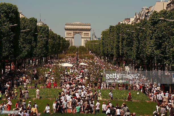 crowds on the champs elysees - champs elysees quarter stock pictures, royalty-free photos & images