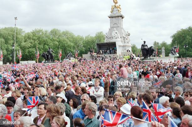 Crowds outside Buckingham Palace to celebrate the 50th anniversary of VE Day 8th May 1995