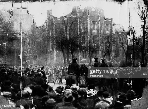 Crowds outside Holloway Prison where Edith Thompson is to be hanged for the murder of her husband Percy London 9th January 1923 Edith Thompson was...