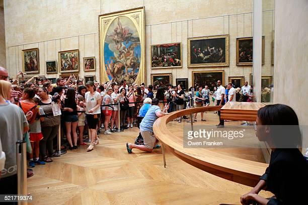 crowds photographing mona lisa, the louvre, paris - louvre stock-fotos und bilder
