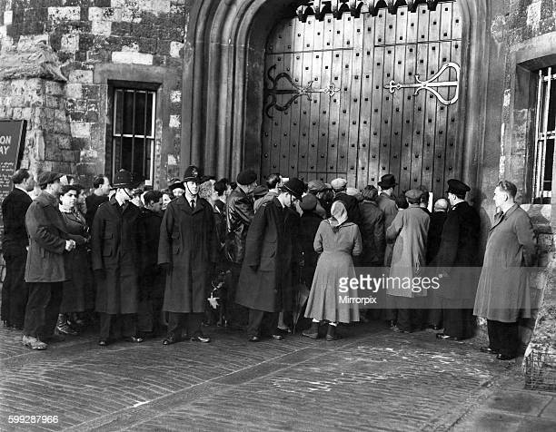 Crowds pushing forward to read the notice of execution on the gate of Holloway Prison London December 1954 P011967