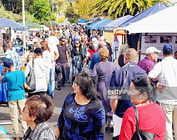 Touristen Schlendern Sie durch Straße Festival in Kapstadt Vorort