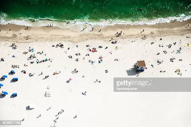 folla prendere il sole sulla spiaggia a miami - miami beach foto e immagini stock