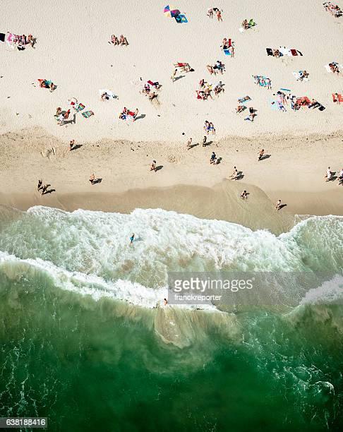Foule prendre un bain de soleil sur la plage à miami