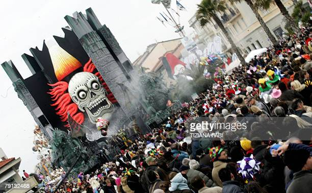Crowds throng the streets of Viareggio during the traditional carnival parade 20 January 2008 AFP Photo/Tiziana Fabi
