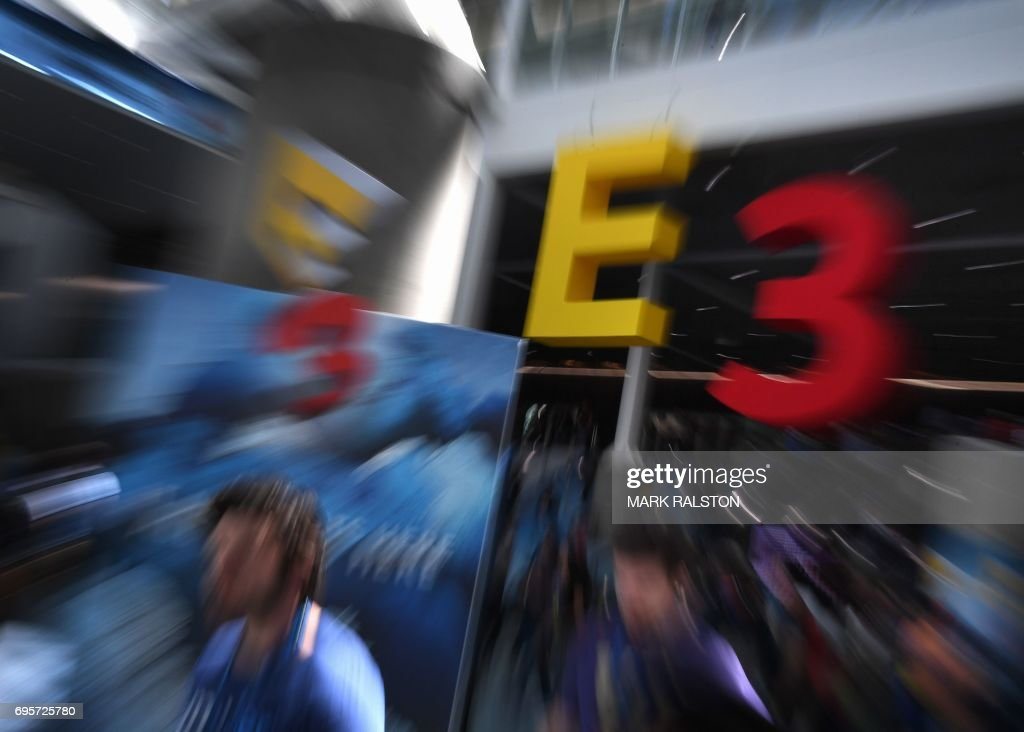 TOPSHOT - Crowds wait to enter the Los Angeles Convention center on day one of E3 2017, the three day Electronic Entertainment Expo, one of the biggest events in the gaming industry calendar, in Los Angeles, California on June 13, 2017. / AFP PHOTO / Mark RALSTON