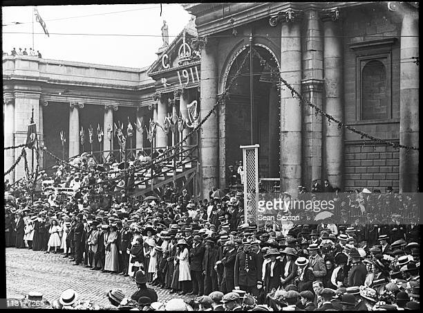 Crowds waiting for the royals outside the Bank of Ireland on College Green Dublin during a visit to Ireland by King George V and Queen Mary July 1911