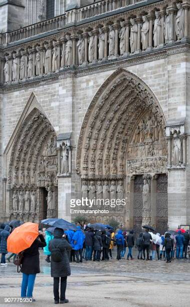 crowds waiting in front of the main entrance of notre dame cathedral,paris. - emreturanphoto stock pictures, royalty-free photos & images