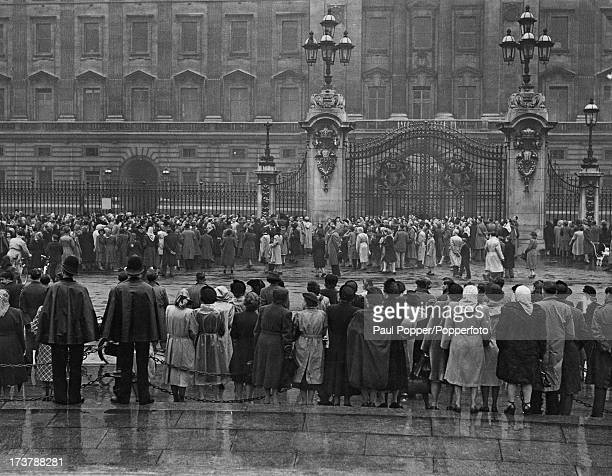 Crowds waiting in the rain outside Buckingham Palace for the latest bulletins on the the health of Princess Elizabeth and her first baby London 15th...