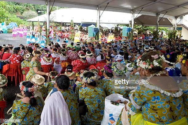 crowds watching dancers at maeva tehaaehaa womens festival near tiarei. - merten snijders stockfoto's en -beelden