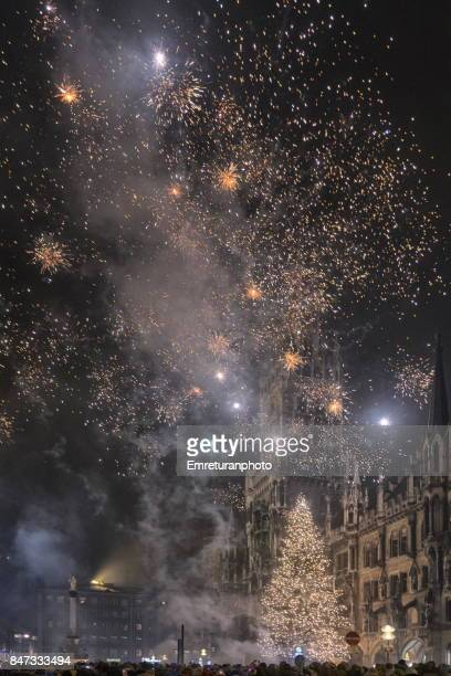 crowds watcing fireworks at marienplatz in munich at new years eve.creativecontentbrief. - emreturanphoto stock pictures, royalty-free photos & images