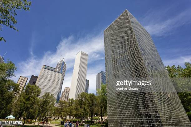 """crown fountain overlooks wide chicago landscape - """"marilyn nieves"""" stock pictures, royalty-free photos & images"""