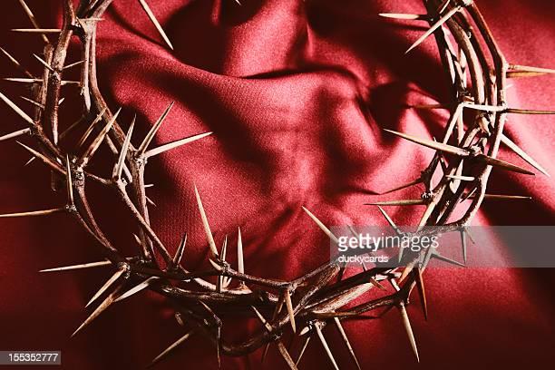 coroa de thorns sobre o pano vermelho fundo - coroa de espinhos imagens e fotografias de stock