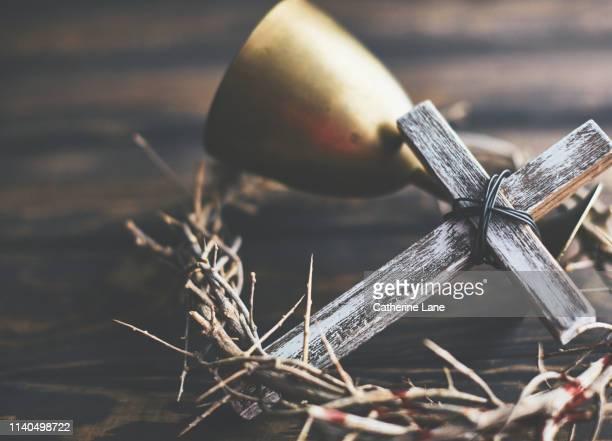 crown of thorns with cross and chalice. religious easter - coroa de espinhos imagens e fotografias de stock