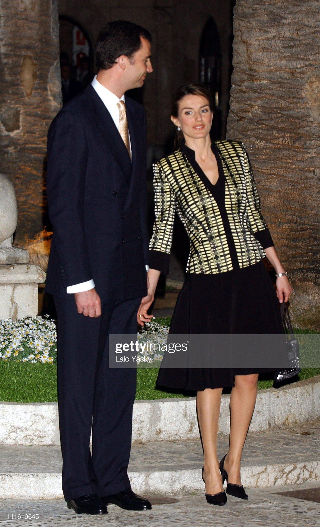 Вечерние наряды Королевы Летиции Prince Felipe and Princess Letizia Have Dinner at Almudaina Palace : News Photo