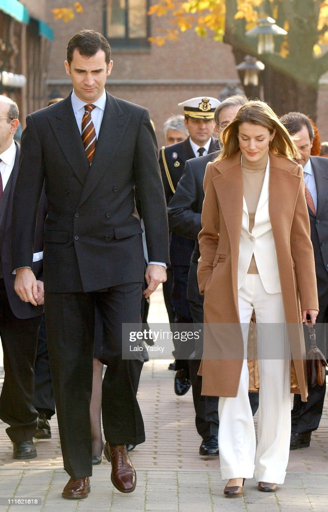 Crown Prince Felipe and Princess Letizia Visit the Students Residence : Nieuwsfoto's