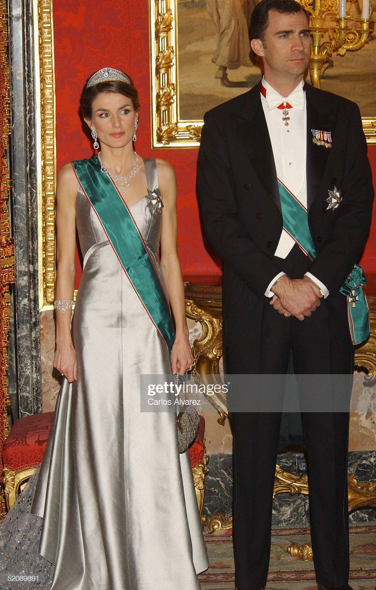 Вечерние наряды Королевы Летиции Spanish Royals Receive Hungarian President : News Photo