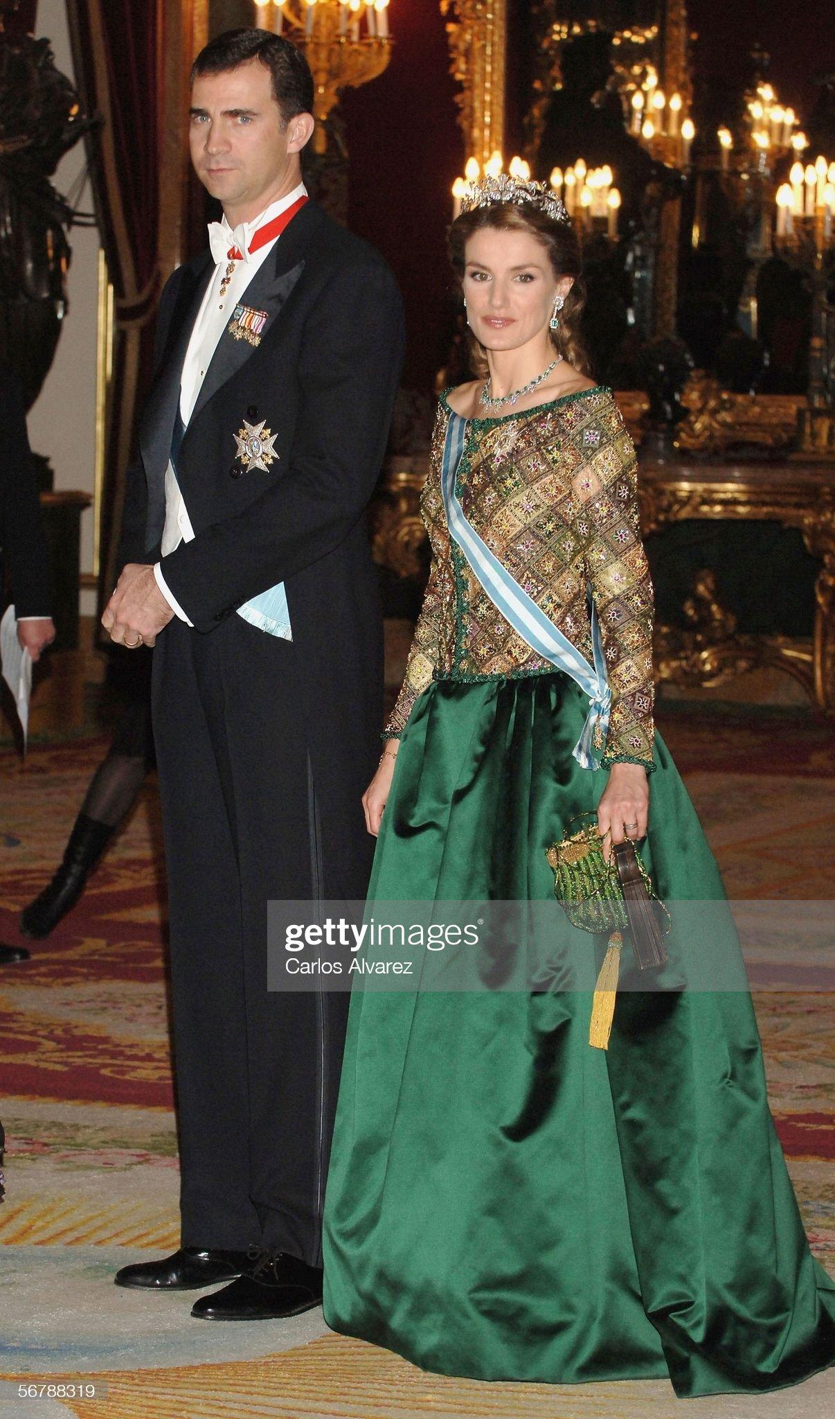 Вечерние наряды Королевы Летиции Spanish Royal Family Receive Putin : News Photo