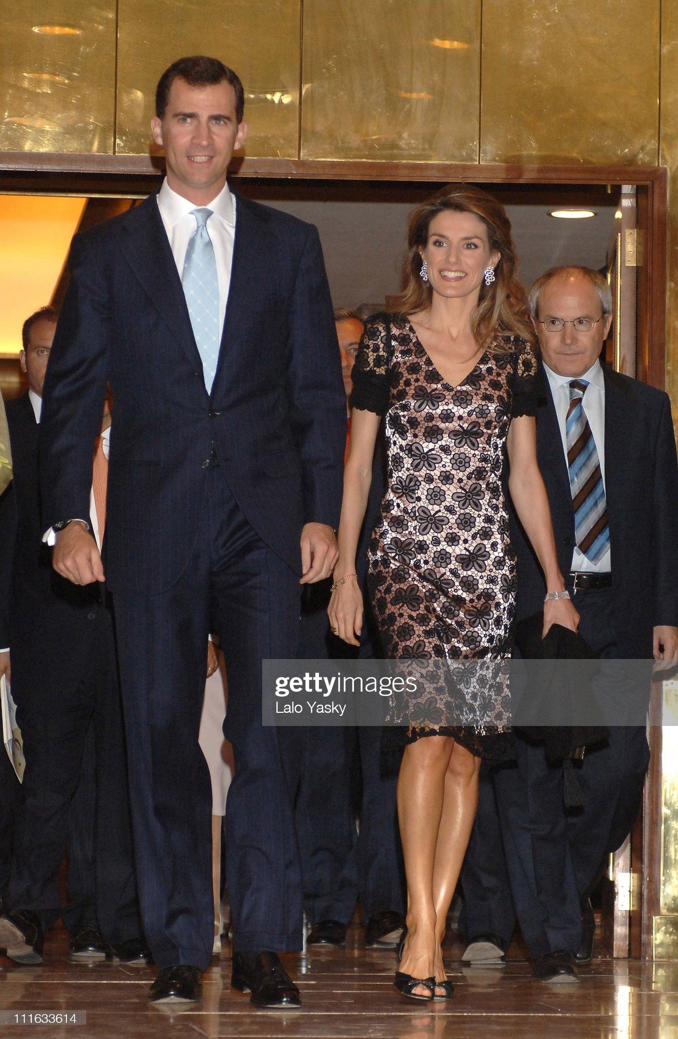 Вечерние наряды Королевы Летиции Prince Felipe and Princess Letizia Preside Annual COTEC Foundation Dinner - June 15, 2006 : News Photo