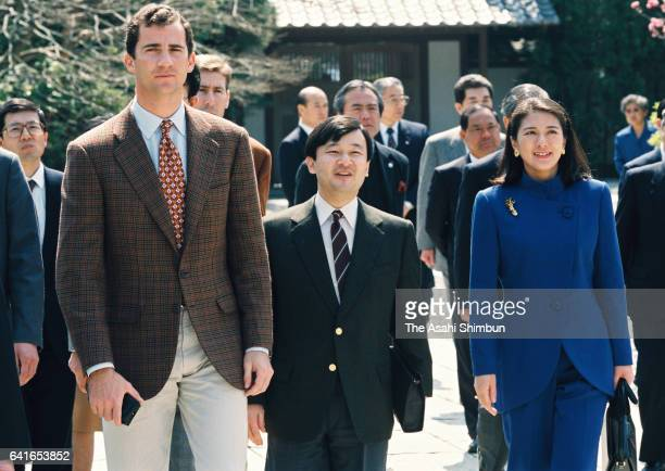 Crown Prince Felipe of Spain visits Kotokuin Temple with Crown Prince Naruhito and Crown Princess Masako on March 26 1998 in Kanakura Kanagawa Japan