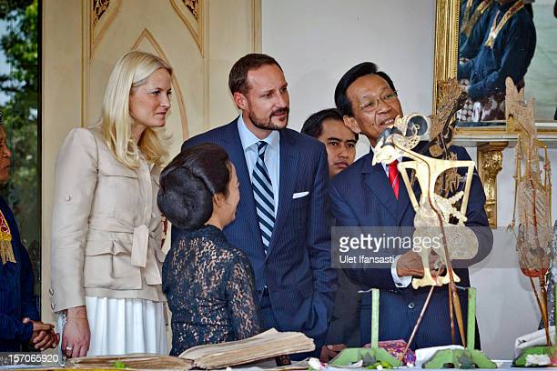 Crown Prince Haakon of Norway and Crown Princess MetteMarit of Norway listen to Sri Sultan Hamengkubuwono X as he talks about the traditional...