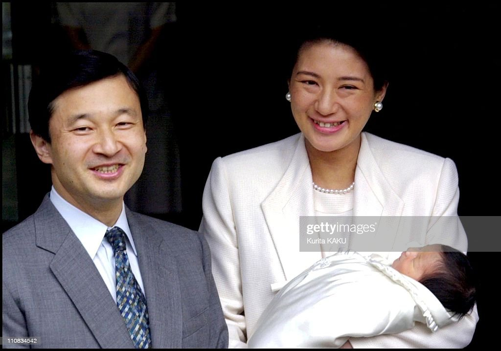 Crown Prince Naruhito And Crown Princess Masako As The Royal Couple Leaves The Imperial Hospital With Their Infant Daughter Princess Aiko In Tokyo, Japan On December 08, 2001. : ニュース写真