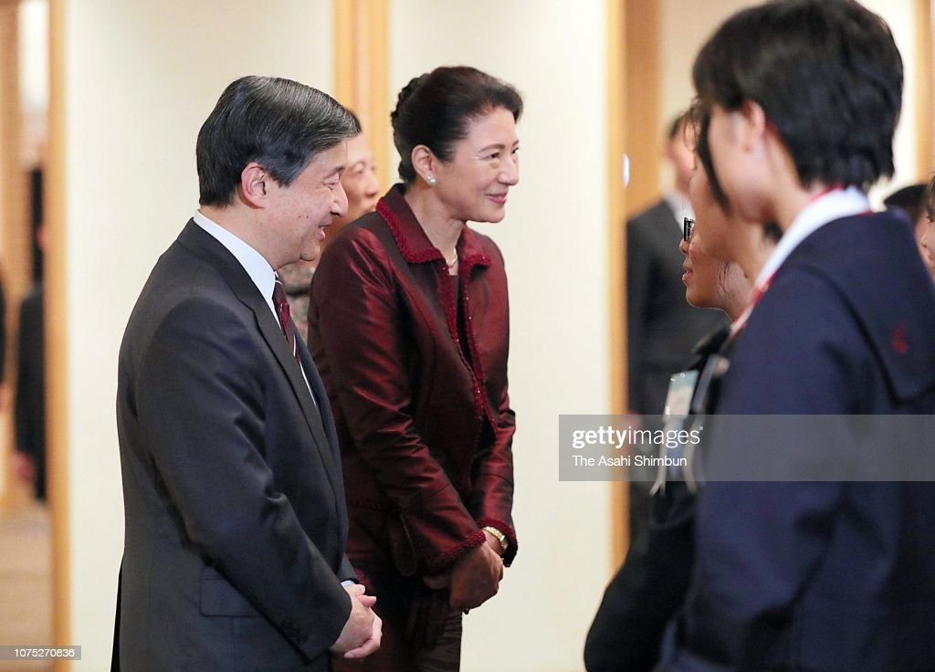 crown-prince-naruhito-and-crown-princess-masako-talk-with-winners-picture-id1075270836