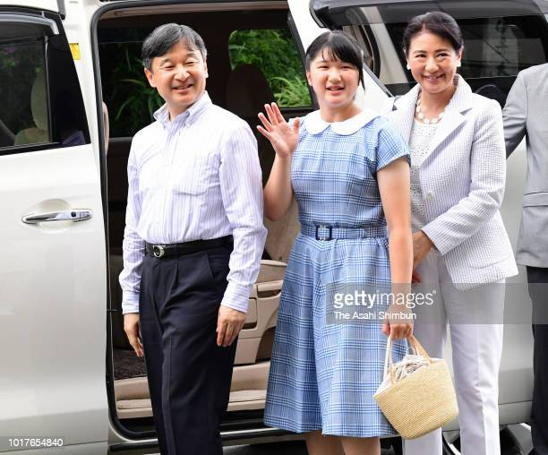 Crown Prince Naruhito Crown Princess Masako and Princess Aiko greet wellwishers on arrival at Shimoda Station on the way to the Suzaki Imperial Villa...